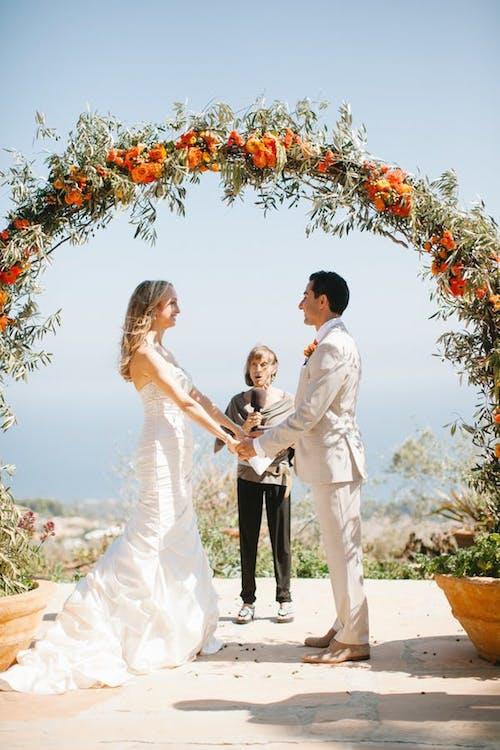 Orange Wedding Inspiration, Ceremony backdrop Wedding Planner Bright Occasions, Photo The de Jaureguis